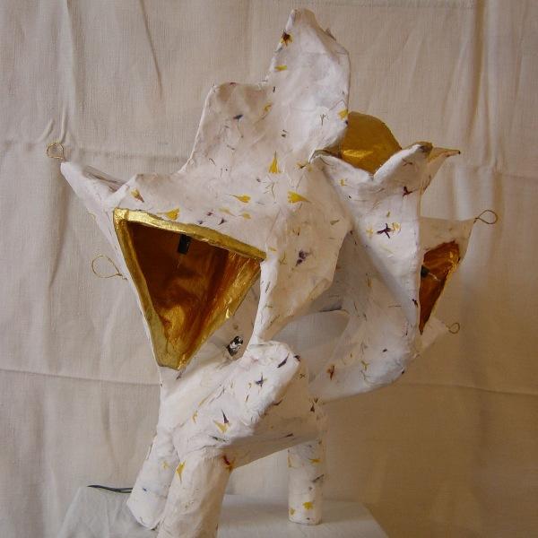 lampe constituée de fil de fer, de plâtre et de papier