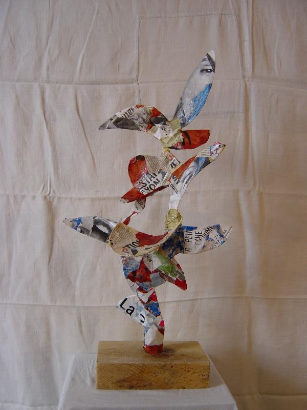 Sculpture faite sur un socle de chantier surmonté d'une structure en fil de fer, plâtre et recouverte de papiers arrachés sur des affiches ( Hauteur 40 cm, Largeur 25 cm)