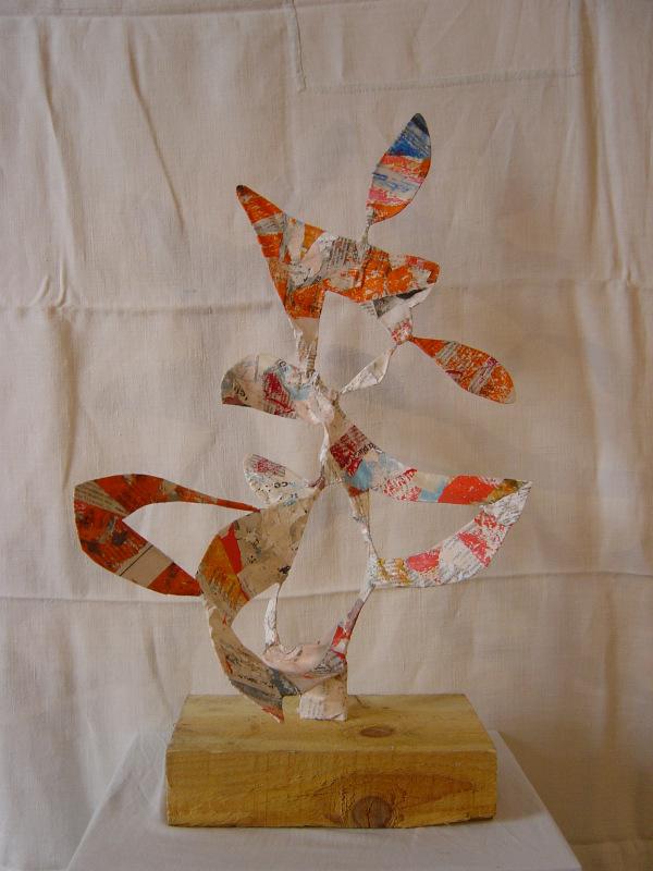 Sculpture faite sur un socle en bois de chantier surmonté d'une structure en fil de fer, plâtre et recouverte de papiers arrachés sur des affiches ( Hauteur 40 cm, Largeur 25 cm)