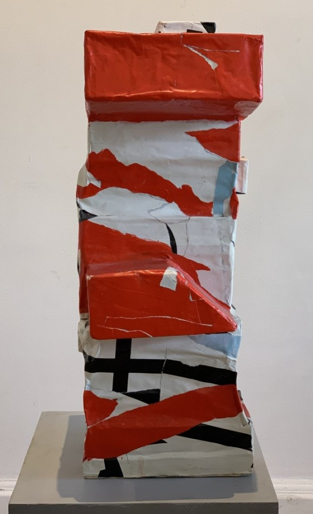Sculpture faite de livres empilés et recouverte de papiers arrachés sur des affiches ( Hauteur 50 cm, Largeur 20 cm)
