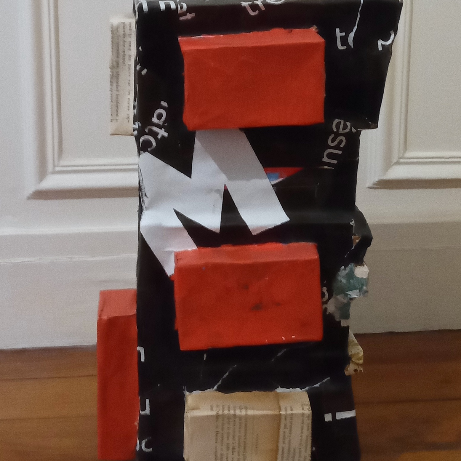 Sculpture faite en papier et en livres recyclés