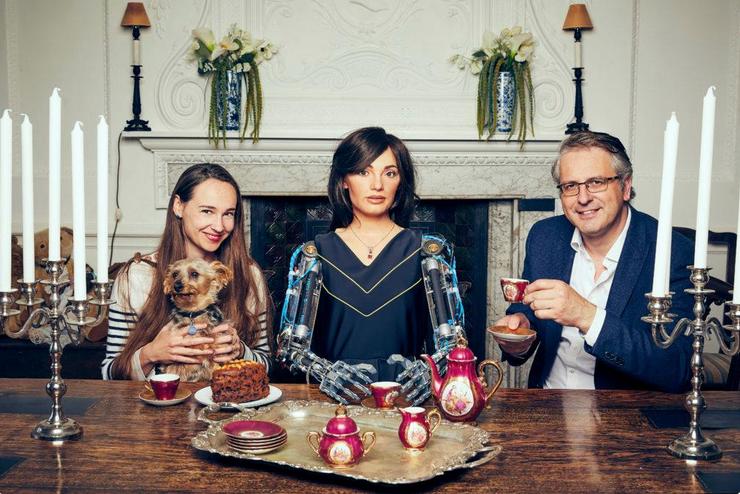 Une photo d'Ai-Da prenant le thé avec son créateur Aidan Meller