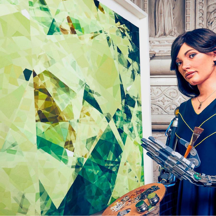Ai-Da devant une de ses toiles abstraites